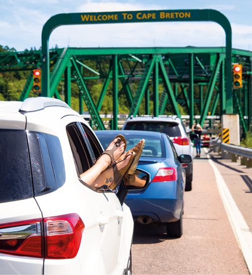 Urlauber warten an der Schwenkbrücke des Canso Causeway Damms, der nach Cape Breton führt