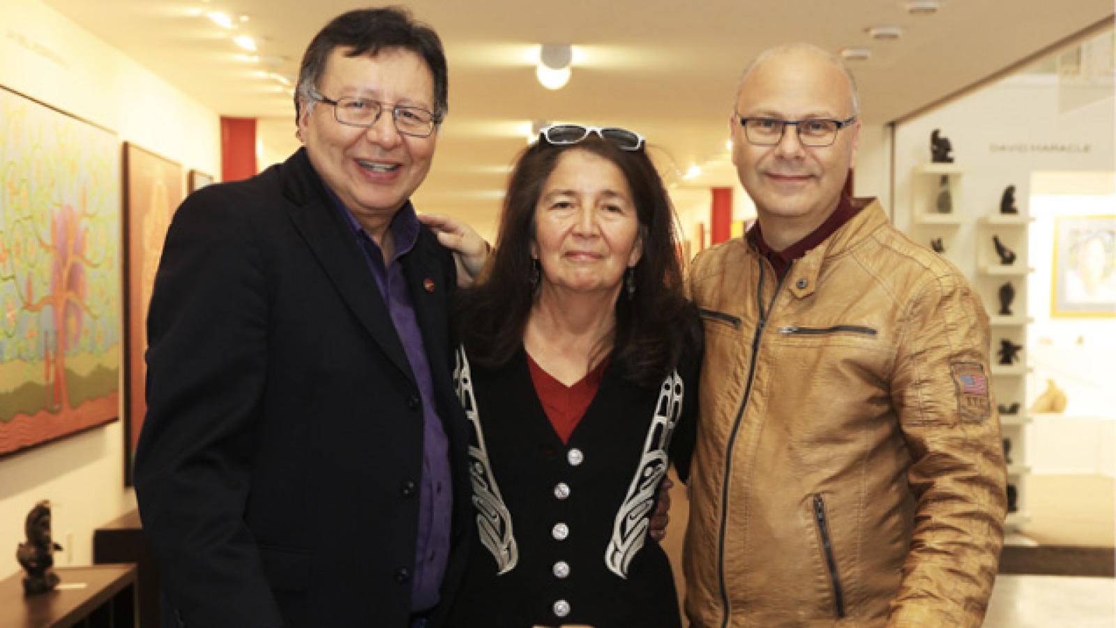 Vlnr: Senator Dan Christmas, First Nation Artist Dozay Christmas, Rolf Bouman