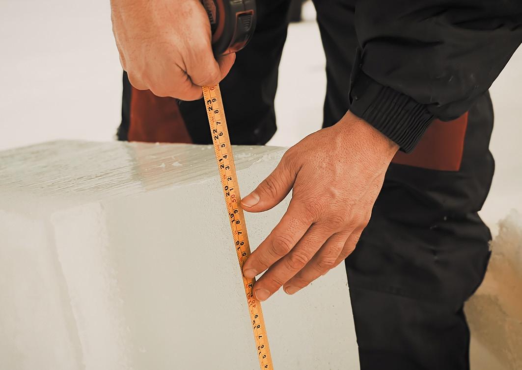 Die Eisdicke reicht aus, um unsere Bausteine zu schneiden