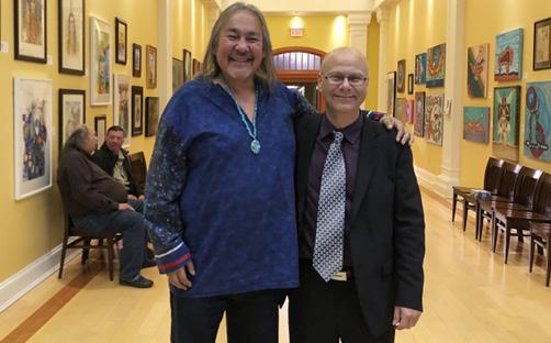 Jay Bell Redbird und Rolf Bouman bei einer Ausstellung indigener Kunst in der St. Francis Xavier University in Antigonish 2018