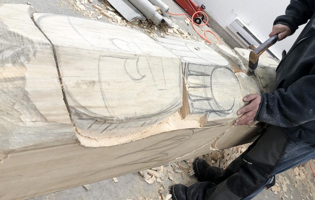 Transformation vom Baumstamm zum Totempfahl in der Werkstatt bei Friends United