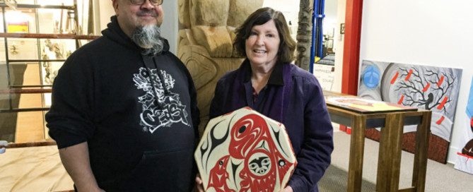 Überreichung einer indianischen Trommel an die kanadische Senatorin Mary Coyle