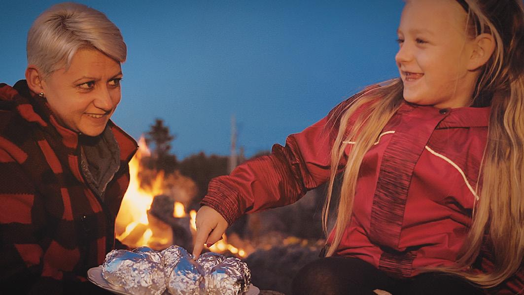Ein abenteuerreicher Tag geht am Lagerfeuer mit Bratäpfeln, Makrelen und Kartoffeln zu Ende