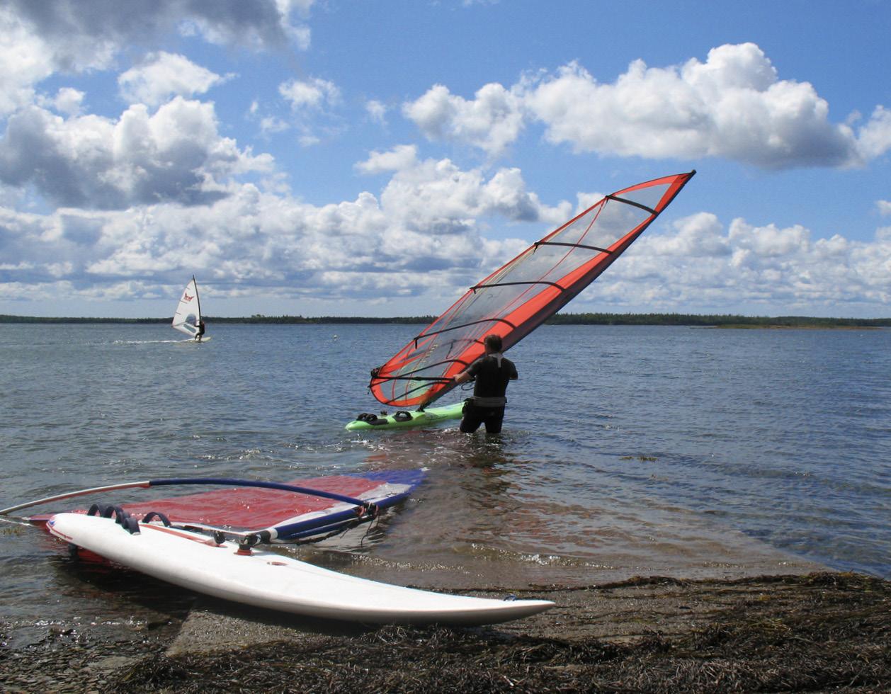Profis setzen je nach ändernder Windstärke unterschiedliche Windsurfausrüstungen ein