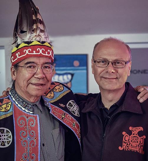 Erbtitelhäuptling Stephen Augustine und Rolf Bouman verbindet eine tiefe Freundschaft. Stephen Augustine lebte in seiner Jugend viele Jahre in Deutschland