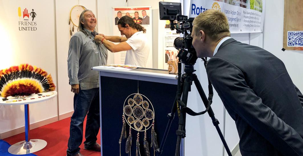 Der mittlerweile verstorbene Indianerkünstler Jay Bell Redbird vor einem Interview