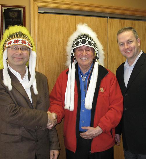 Althäuptling Lawrence Paul und Nova Scotia Premierminister A.D. Rodney MacDonald sprechen mit Rolf Bouman über die tiefe Freundschaft zwischen Indianern und Deutschen