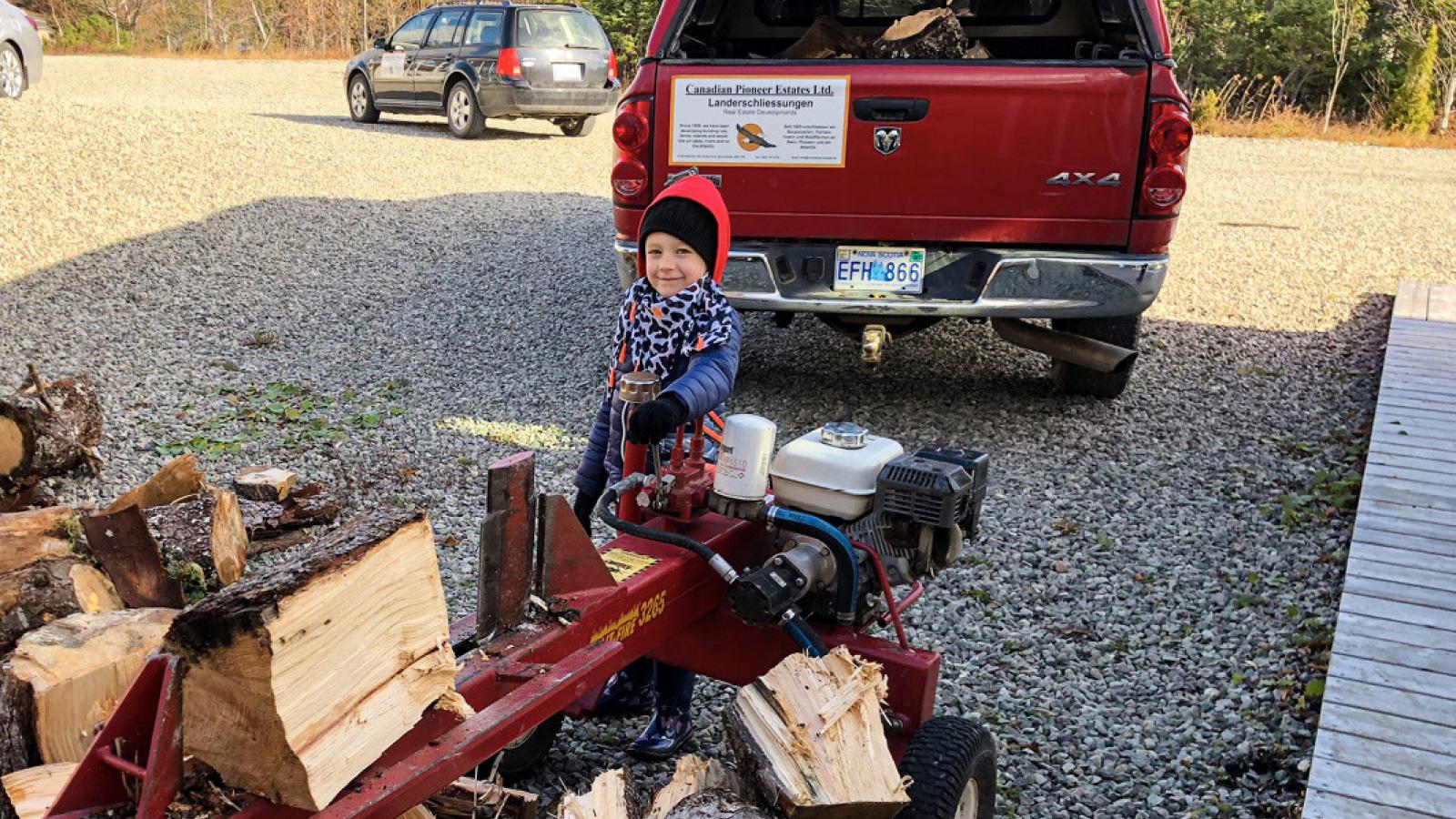 Fleißige Helferin beim Holzspalten